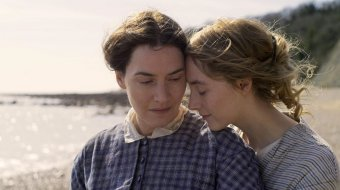 "Kate Winslet und Saoirse Ronan in ""Ammonite"""